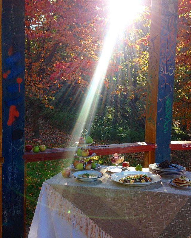 Kuvasimme kaikki kirjan ruokakuvat toukokuusta lokakuuhun ulkona. Tässä viimeisessä kuvauksessa alkoivat jo sormet ja ruoat olla kohmeessa, mutta valo oli upea! #moderniamaakuntaruokaa #maakuntaruoka #suomi100 #keittokirja #thisisfinland #satokausikalenteri #ruokakulttuuri #ruokakuvaus