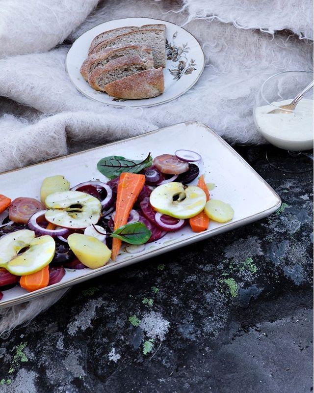 Sallatti eli rosolli ei ollut perinteisesti pelkkä jouluherkku vaan se kuului myös kekrin ruokapöytään. Valmista tänä vuonna rosolli raikkaasti Modernia maakuntaruokaa -kirjan ohjeen mukaan. Ohjeessa kasvikset jätetään isommiksi paloiksi, asetellaan kauniisti vadille ja sinapilla maustettu kastike tarjotaan erikseen, jolloin kasvisten omat maut pääsevät loistamaan. Kastike sopii hyvin myös muiden suolaisten tarjottavien kanssa. Tämä versio sopii niillekin, jotka eivät perinteisestä rosollista niin välitä, rohkeasti siis kokeilemaan!  Resepti, kirjan kuvia, lisätietoa ja tarjous linkin takana 👆🏻 Upea ja inspiroiva Modernia maakuntaruokaa -kirja on nyt kekritarjouksessa 27,90 euroa (OVH 34,90 e) ja toimitus on ilmainen! Kirja on osa virallista Suomi100-ohjelmaa, painettu Suomessa laadukkain materiaalein, reseptit ovat tarkkaan testattuja ja kuvat upeita. Kannattaa hankkia joululahjaksi heti, sillä tarjous päättyy 8.11. 📷@kaisujouppi Ruoka ja tyyli @juuli_hakkarainen