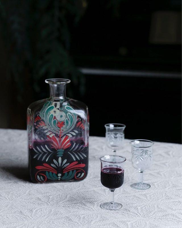 Jos pistät nyt herukkaliköörin tulemaan, se ehtii vielä jouluaterialle jälkiruoaksi! Mustaherukat voi korvata lähes millä tahansa suomalaisilla pakastemarjoilla ja mausteita voi kokeilla oman mielen mukaan. Likööri on todella helppo tehdä, mutta tekee aina vieraisiin vaikutuksen, varsinkin jos sen tarjoaa kauniista laseista. Modernia maakuntaruokaa -kirjan kuvissa näkyy myös suomalaisen käsityötaidon helmiä. Kuvassa on Tapio Wirkkalan 1940-luvulla Iittalalle suunnittelema käsinmaalattu upea pullo.  Katso resepti sekä kuvia ja lisätietoa kirjan omilta sivuilta, linkki 👆🏻 Inspiroiva Modernia maakuntaruokaa -kirja on nyt kekritarjouksessa 27,90 euroa (OVH 34,90 e) ja toimitus on ilmainen! Kirjassa on 95 satokausia noudattavaa modernia reseptiä, lähes 200 upeaa kuvaa ja se on osa virallista Suomi100-ohjelmaa. Kannattaa olla nopea, sillä tarjous päättyy huomenna 8.11. 📷@kaisujouppi Ruoka ja tyyli @juulihakkarainen
