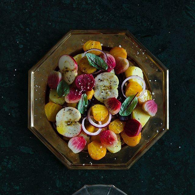 Tänä jouluna kannattaa kokeilla sallattia eli rosollia Modernia maakuntaruokaa -kirjan ohjeella. Siinä juuresten omat maut pääsevät loistamaan ja hapokkuus tulee kastikkeesta. Punajuuret sopivat rosolliin mainiosti, mutta vielä kauniimpi sallatti tulee pienistä kotimaisista raita- ja keltajuurista, jotka loistavat lautasella kuin jalokivet. Kirjan 95 reseptistä koostat juhlamenut niin jouluun kuin juhannukseenkin sekä löydät uutta pontta arkiruokiin, satokausien mukaan totta kai.  Katso resepti, lisätietoa ja inspiraatiota 👆🏻 Modernia maaakuntaruokaa on nyt joulutarjouksessa 29,90 e ja kaupan päälle tulee vielä ilmainen kotiintoimitus (OVH 34,90 e ja toimitus 4,90 e)! Tarjous päättyy 17.12., joten kannattaa toimia nopeasti ja tilata vuoden upein ruokakirja. 📷@kaisujouppi Ruoka ja tyyli @juuli_hakkarainen