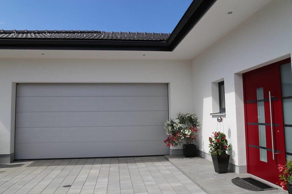 Neubau Privathaus Schleedorf, Fenster, Türen, Raffstore, Garagentor