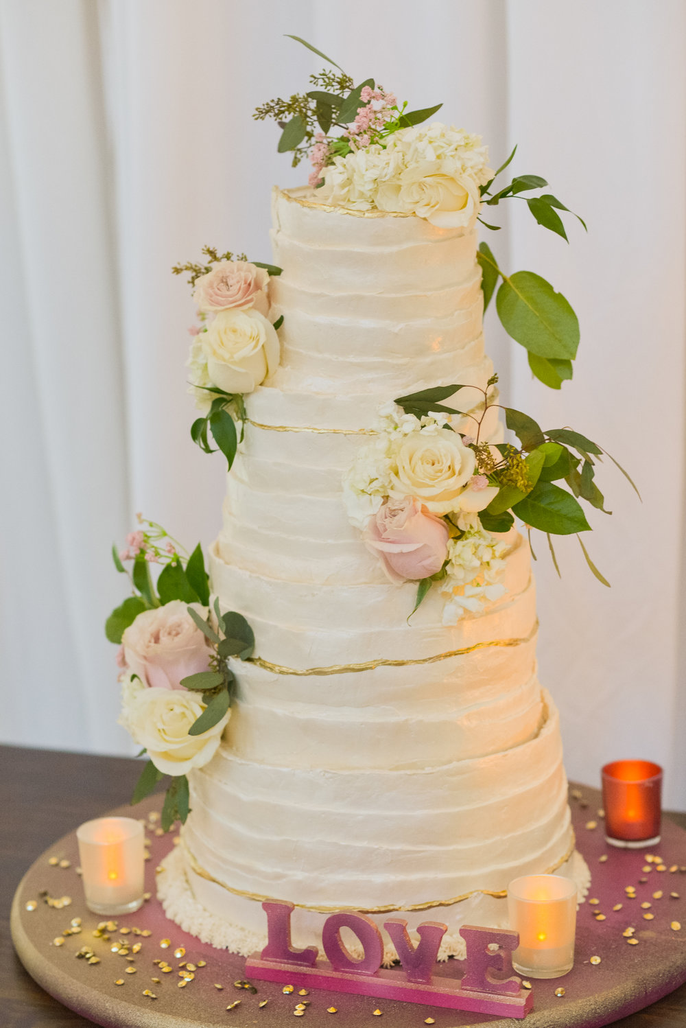 Simple wedding cake design with flowers for Pittsburgh wedding planned by Exhale Events. Find more inspiration at exhale-events.com!