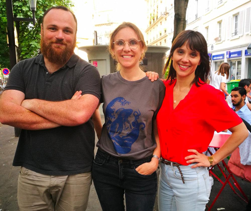 Guillaume Perennes, chargé de mission , Claire Mesguish, directrice artistique bénévole, qui porte le  Ttshirt Musca La Vague , et Mélanie Taravant, l'une des fondatrices. © photo : Constance Lacorne