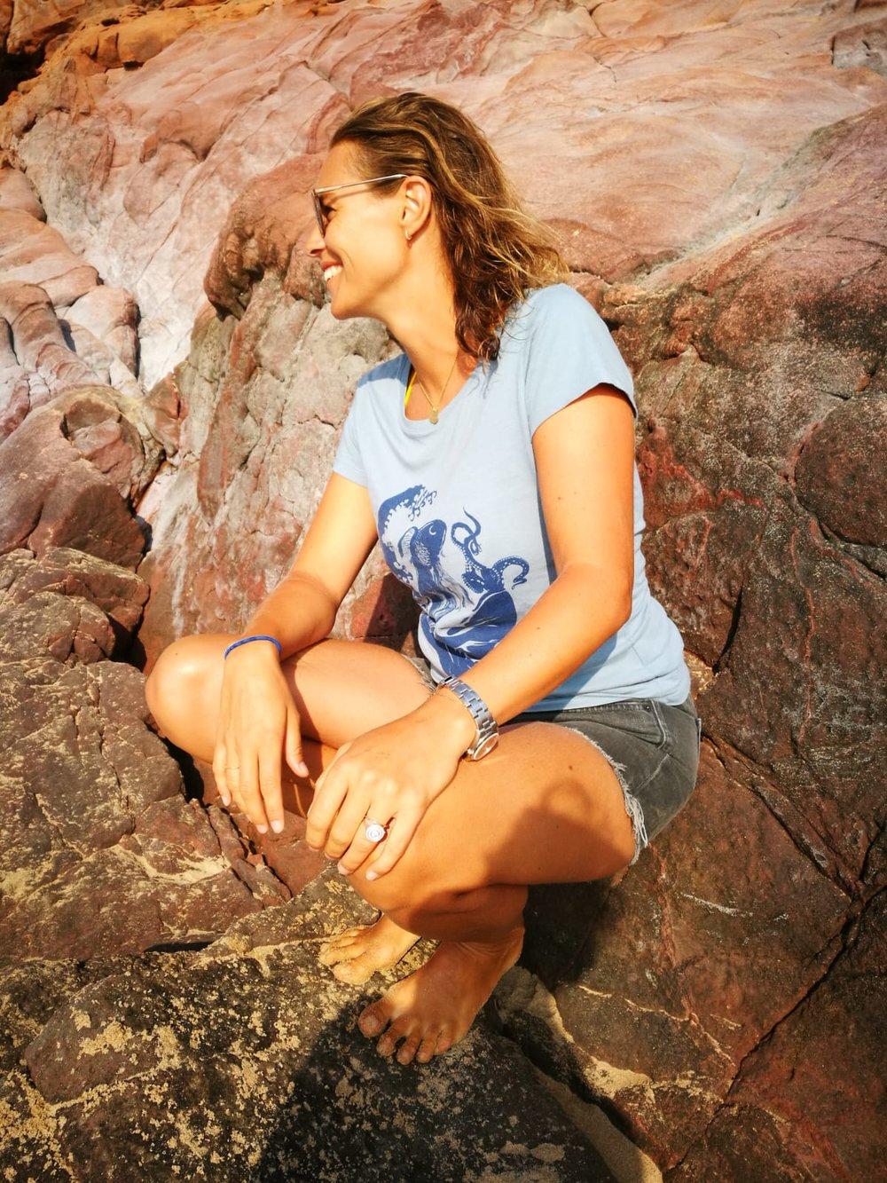 Mathilde Oudin avec le T-shirt  La Vague  , modèle Femme . existe aussi pour  Homme & Unisexe