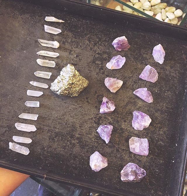 🔮A few new crystals for your gift bags 💎 Quartz for balance ✨ and Ametrine for mental and spiritual clarity 🤲🏼 This stone is special because it is a mix of amethyst and citrine, it embodies the essence of both crystals uniting feminine and masculine energy 🙌🏾 #EnterTheMagicJungle 🌴