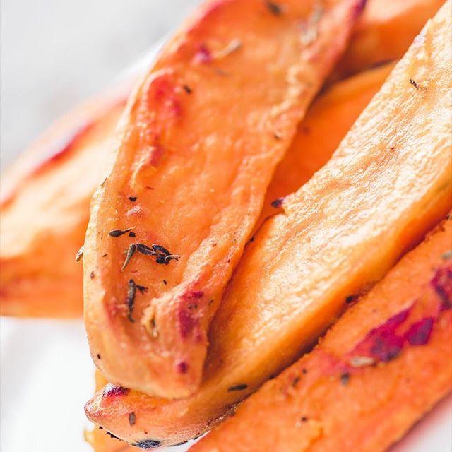 Roasted sweet potato with fresh thyme. 🦊🥔🍃Oh so simple, but oh so good :) #EatTheWorld @EatHolidays 🌎🍚🌏