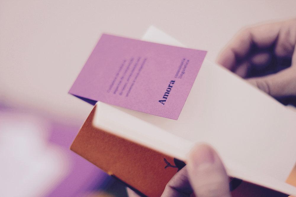 Livro, caderno, amora consultoria linguística