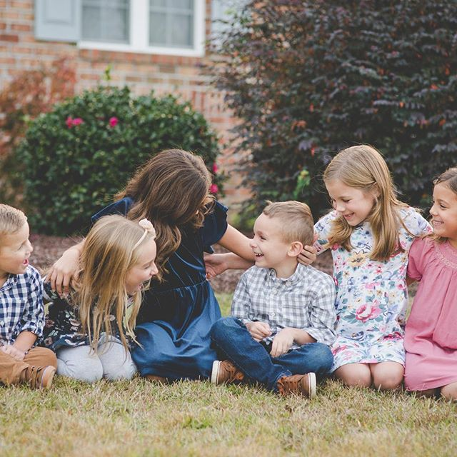 How sweet are these cousins? ❤️ hope everyone had a fun thanksgiving! . . #wilmingtonnc #wilmingtonncfamilyphotographer #wilmingtonncphotographer