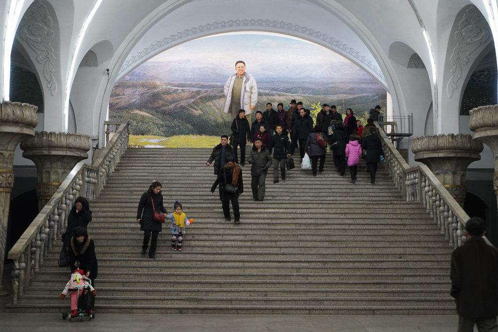 pyongyang-metro-staircase-kim-jong-il.jpg