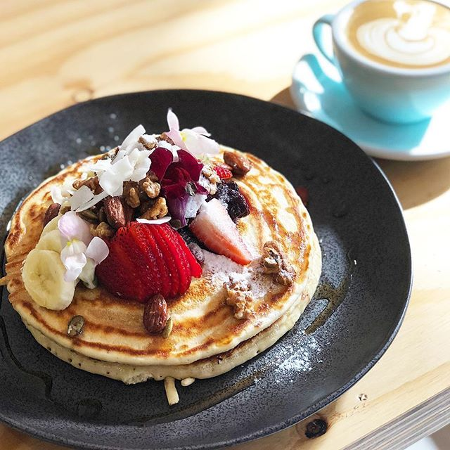 We love pancakes! They make the week shorter and the weekend longer 😀 always topped off with a Flat White and a good book! What's your favourite caffeine addition? #pancakes #breakfast #coffee