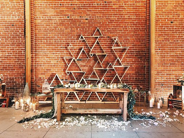 can we all just pause and appreciate those triangles in the background of this bride + groom tablescape // #weddings #weddingseason #bayareawedding #californiabride #triangles #headtabledecor