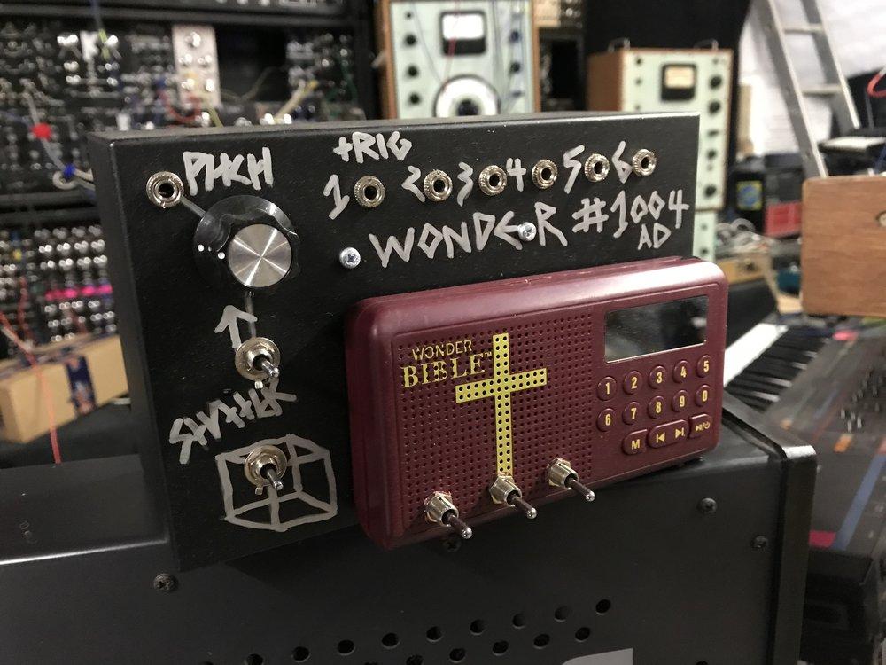 Wonder wonder Bible, Kosmo code 1004