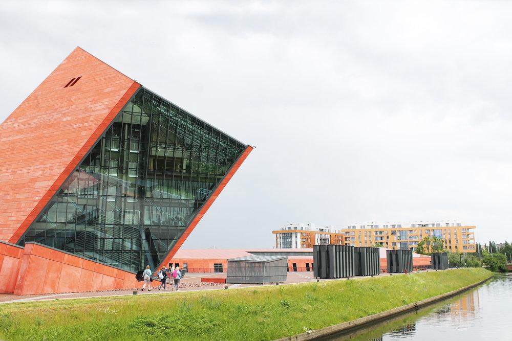 MUSEET FOR ANDRE VERDENSKRIG: Museet framstår veldig moderne, både utenpå og inni. Foto: Hedda Bjerén