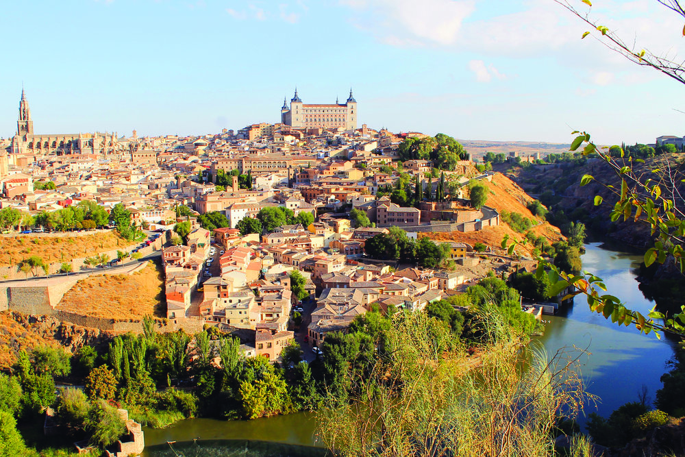 TOLEDO: Som en eventyrby ligger Toledo på en høyde, omringet av elven Tajo. Foto: Hedda Bjerén