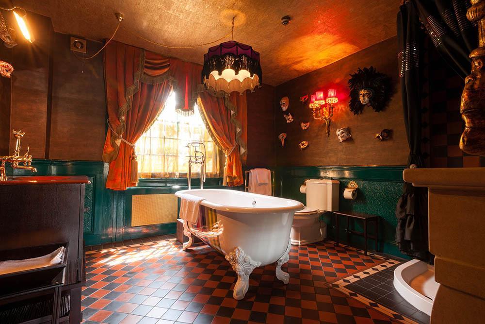 HOTELL: Crazy Bear Beaconsfield i England har overdådig stil, individuelt innredede rom og utendørs basseng. Foto: Booking.com
