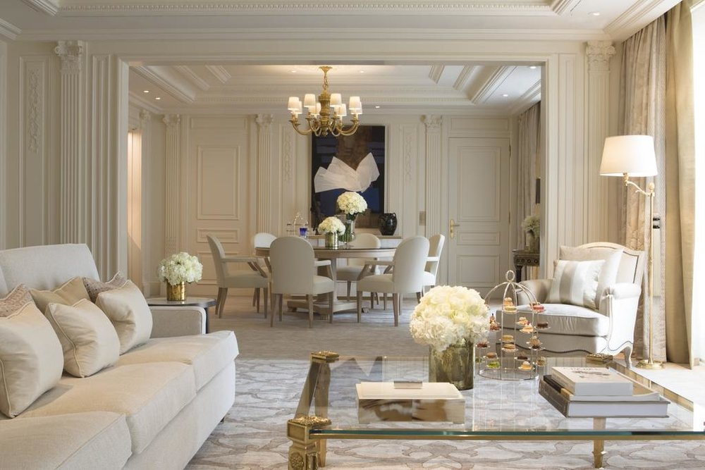 HOTELL: Four Seasons Hotel George V i Paris ligger kun en kort rusletur fra Champs-Elysees. Foto: Booking.com