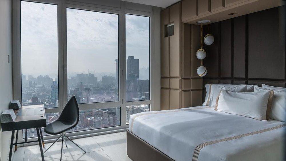 HOTELL: Dette 5-stjerners hotellet ligger i New Yorks SoHo-distrikt, og rommene har vinduer som går fra gulv til tak. Foto: Booking.com