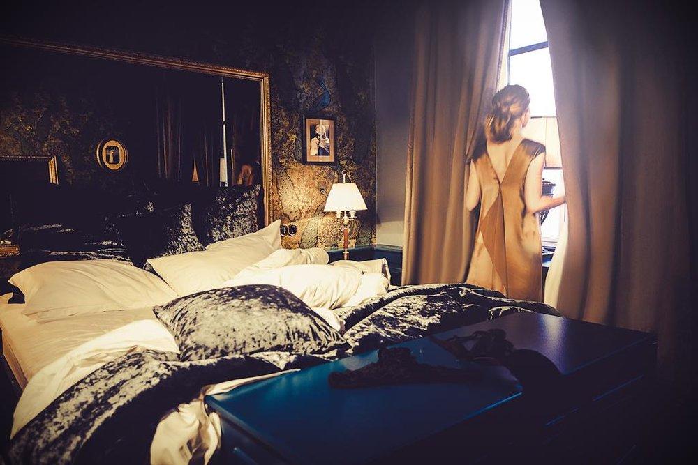 HOTELL: Hotel Pigalle i Göteborg er mørkt og sexy, og alle rommene er innredet i vintage glamour-stil. Og frokosten er verdt et besøk i seg selv! Foto: Booking.com