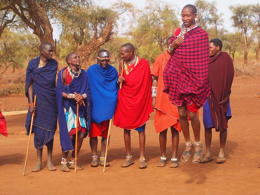 TRADISJONELL DANS: Masaiene hopper høyt! Foto: Hedda Bjerén