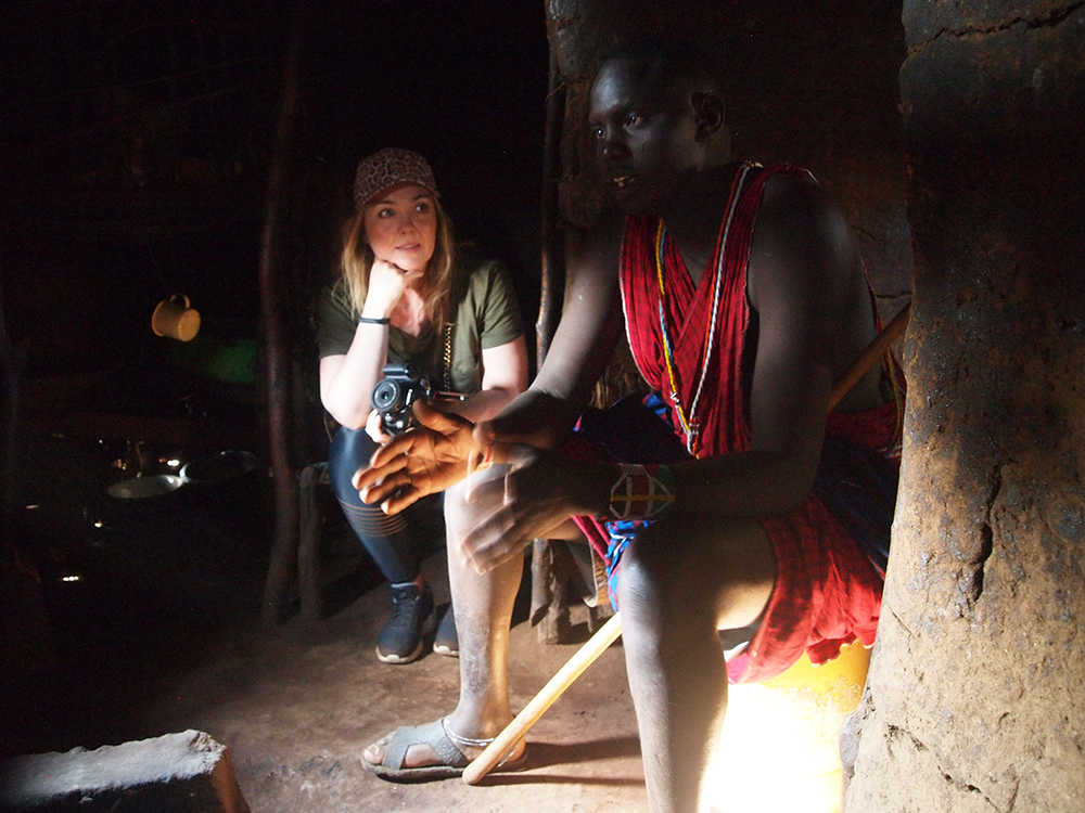 FASCINERENDE: Vi fikk gå inn i ett av husene i landsbyen, og høre om hvordan de lever. På dette bildet sitter jeg på barnas seng, som er laget av kuskinn. Foto: Privat
