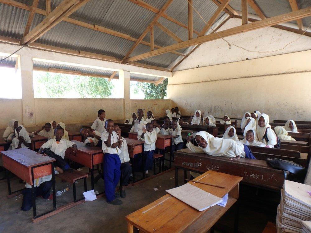 JOBB FRIVILLIG: På barneskolen Kiembe Samaki på Zanzibar kan du jobbe som frivillig, og hjelpe til med undervisning i engelsk, matte og naturfag. For mer info, se  Atlantis nettsider.  Foto: Atlantis.no