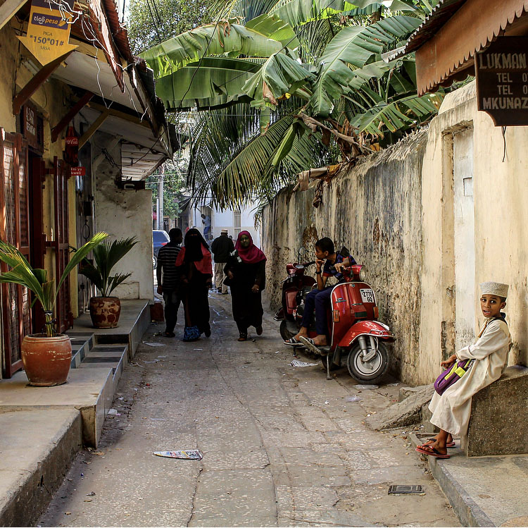 STONE TOWN: Et av mange trange smug i Stown Town på Zanzibar. Foto: Hedda Bjerén