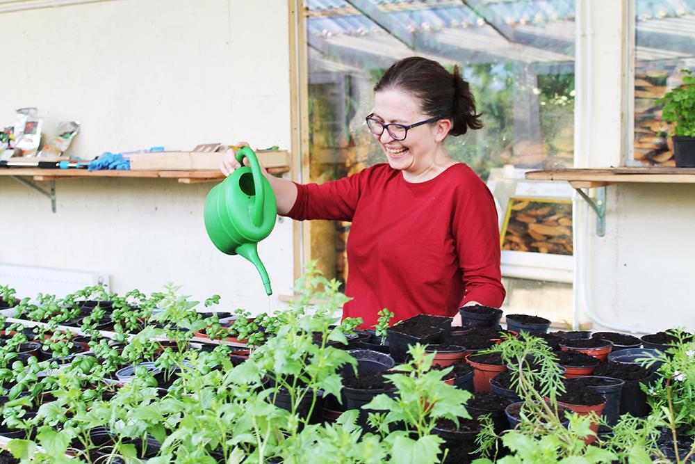 GLAD I JOBBEN SIN: Denne blida dama, Lidka Waligorska, møtte oss på gården, og viste oss rundt. Hun bor på gården sammen med mann og barn, og arbeider for å gi de funksjonshemmede et bedre liv. Foto: Hedda Bjerén