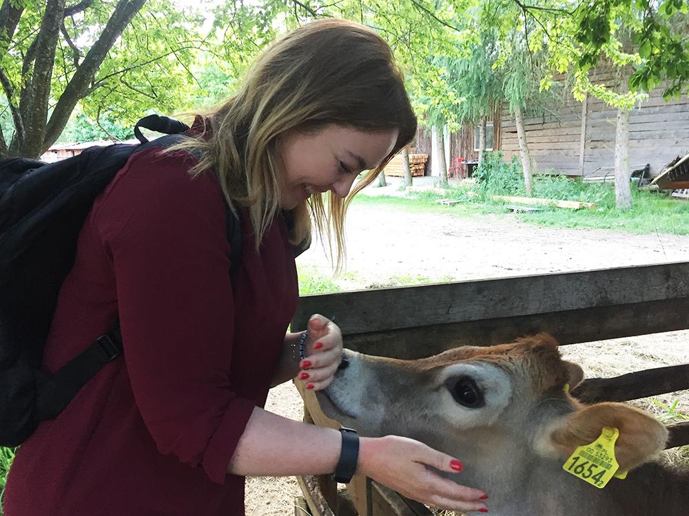 KUL KALV: Jeg ble så glad da jeg møtte denne vakre baby-kua! Herlighet, holdt på å ta henne med meg hjem. Foto: Privat