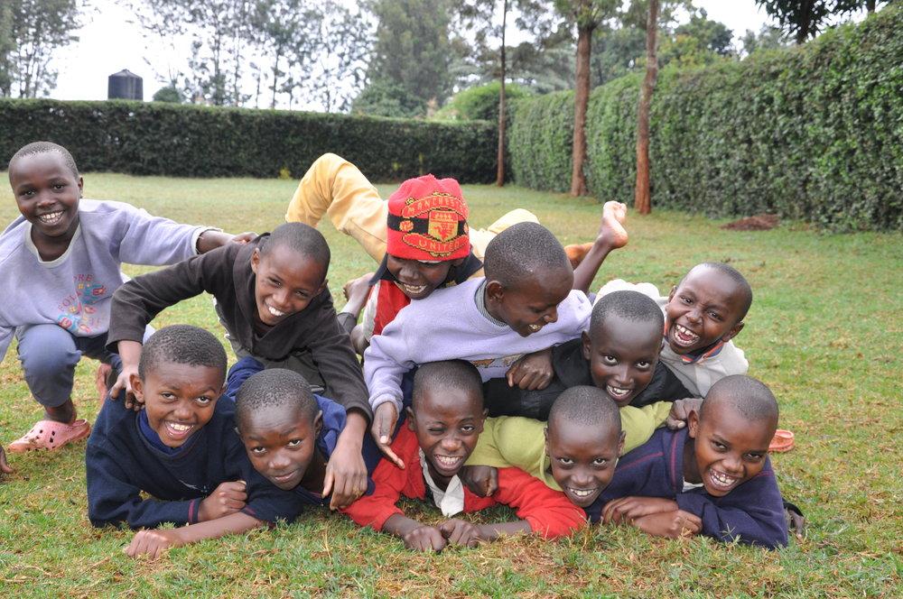 GLADE BARN: Disse fine ungene holder til på barnehjemmet Nepastaaheimen i Kenya, som drives av Norsk Nødhjelp. Men å vokse opp i Kenya er ikke bare lek og moro. Foto: Norsk Nødhjelp.