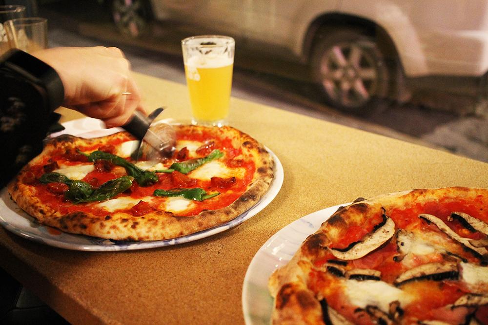 OMNIPOLLOS HATT: Både pizzaen og ølen her var supergodt. Foto: Hedda Bjerén