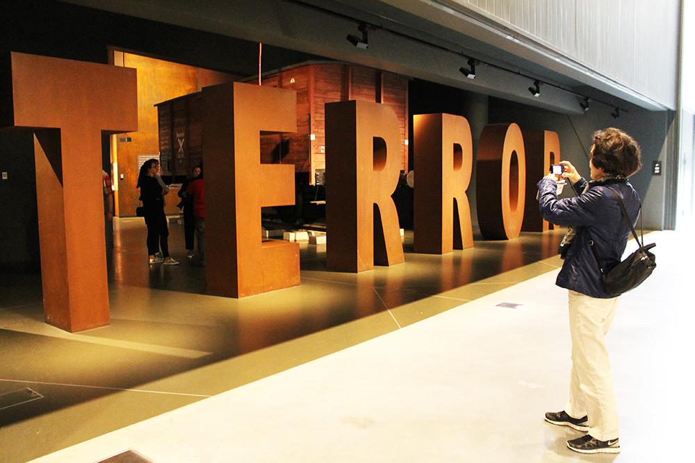TERROR:  Museet for andre verdenskrig i Gdansk  er spennende, både på grunn av den grusomme og interessante historien, men også på grunn av de ulike virkemidlene som tas i bruk. Foto: Hedda Bjerén