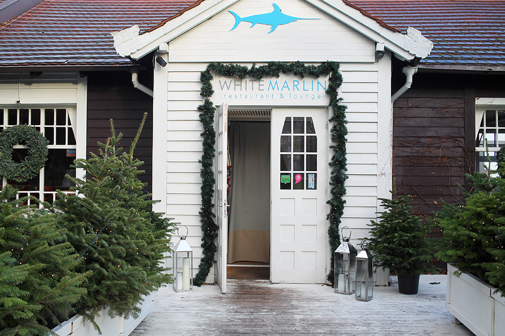 WHITE MARLIN: Det var pyntet til jul sist jeg besøkte White Marlin i Sopot, men restauranten er vel så hyggelig å besøke på sommeren. Foto: Tenk Koffert