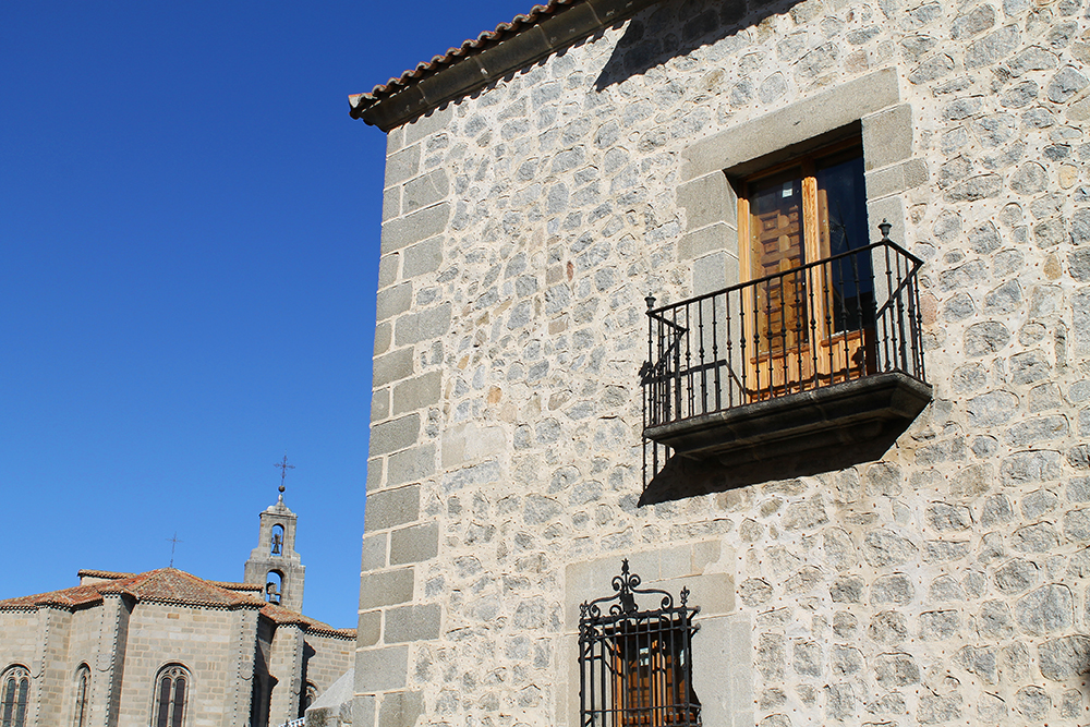 FIN ARKITEKTUR: Ávilas mange flotte kirker og bygninger har en eventyrlig arkitektur. Så vakkert, synes jeg. Foto: Hedda Bjerén