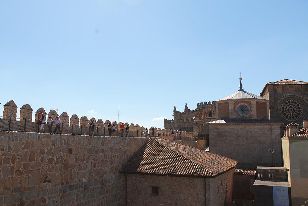 KATEDRALEN: Her ser du at katedralen henger fast i bymuren. Foto: Tenk Koffert