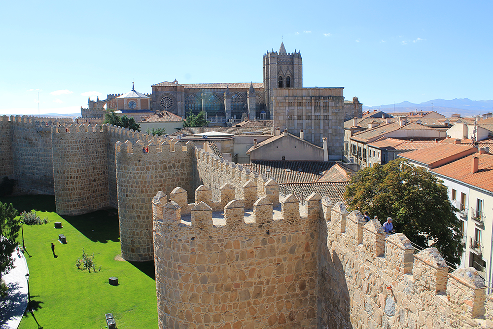 ÁVILA: Her ser du byens fantastiske mur med katedralen i bakgrunnen. Foto: Hedda Bjerén