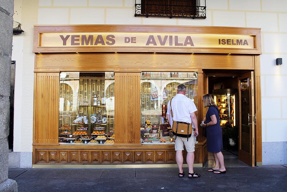 YEMAS DE AVILA: Dette fantastiske konditoriet tilbyr blant annet Santa Teresa-bakverk, som er veldig populært i Ávila. Steven og Gullaug fra mitt reisefølge vurderer om de skal motstå fristelsen eller ei. Foto: Tenk Koffert