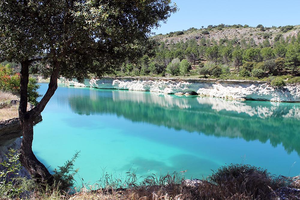 MAI: Så reiste jeg til Laguna de Ruidera natural park, et par timers kjøring fra Madrid. For et vakkert sted! 😍 Her skulle jeg gjerne hatt med meg bikkja og gått en laaaang tur. 🙌 Foto: Hedda Bjerén