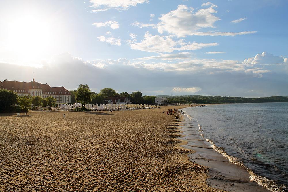 SOPOT: Nydelig strand. Til venstre i bildet ser du Grand Hotel. Foto: Hedda Bjerén