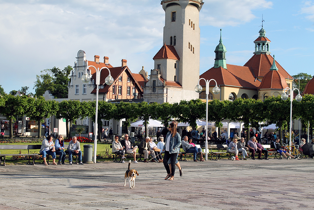 PEN PROMENADE: Sopot har en koselig promenade, hvor folk går tur, spiser is og koser seg i sola. Foto: Hedda Bjerén