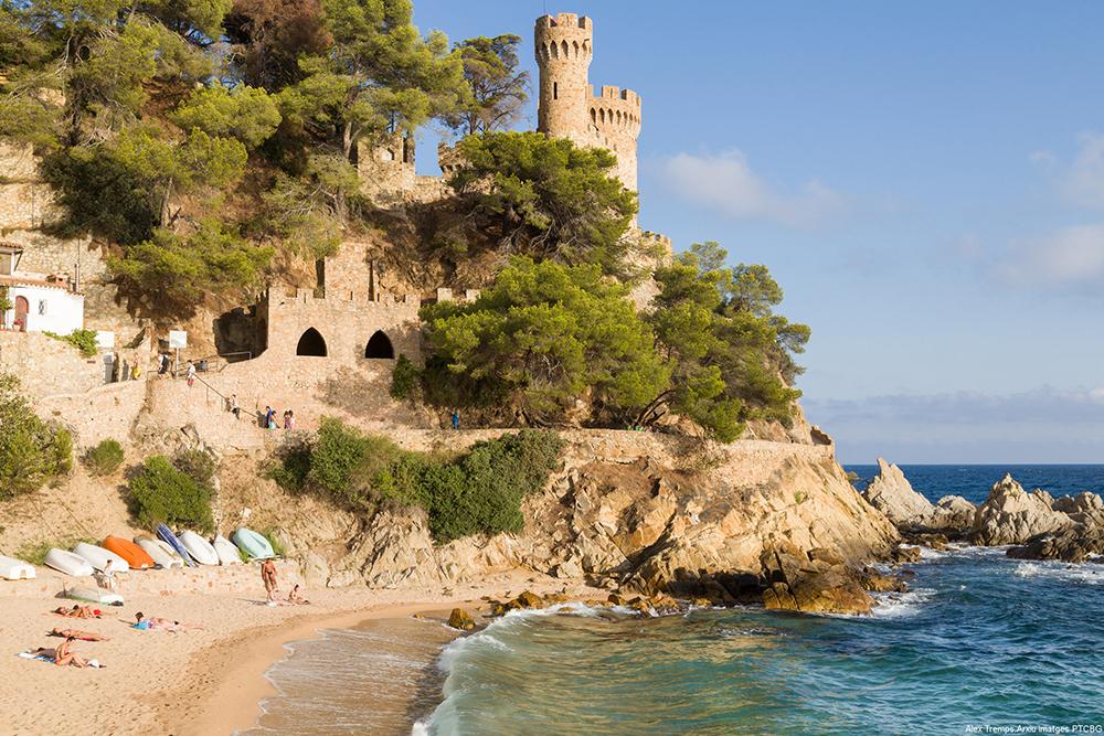 CASTELL DE SANT JOAN: På Costa Brava kan det virke som om tiden har stått stille siden middelalderen, og slott og støvete bygninger med klatreroser rundt vinduet er ikke et sjeldent syn. Slottet Castell de Sant Joan ligger på toppen av åsen som skiller strendene i Lloret de Mar og Fenals, og ble bygget på begynnelsen av det 11. århundre. Foto: Spain.info
