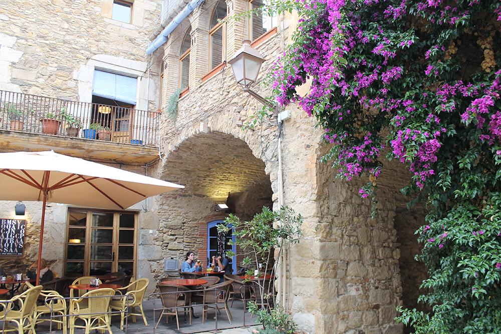 TA EN PUST I BAKKEN: Costa Brava er full av små, søte kafeer, beliggende i steinhus med klatreplanter på. Foto: Hedda Bjerén