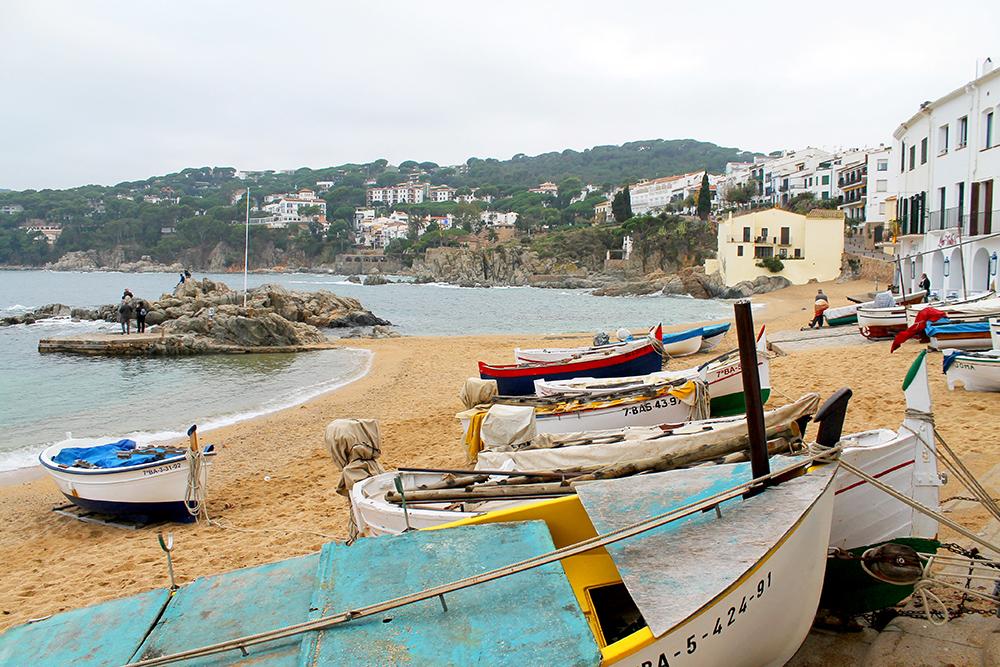FISKELANDSBY: Fiskebåter på stranden i Llafranc. Llafranc er opprinnelig en gammel fiskelandsby, og selv om stedet er et yndet feriested for celebriteter og kunstnere i dag, har byen beholdt sin sjarm. Foto: Hedda Bjerén