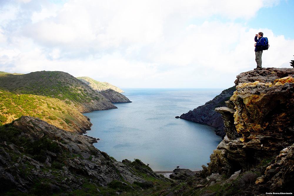 GÅ TUR: En vandring i Costa Bravas mektige natur gir spektakulære opplevelser. Foto: Spain.info/no