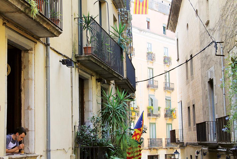 CATALONIA: Katalanerne er stolte, og de gule- og rødstripete flaggene henger på de fleste bygninger i området. Foto: Hedda Bjerén