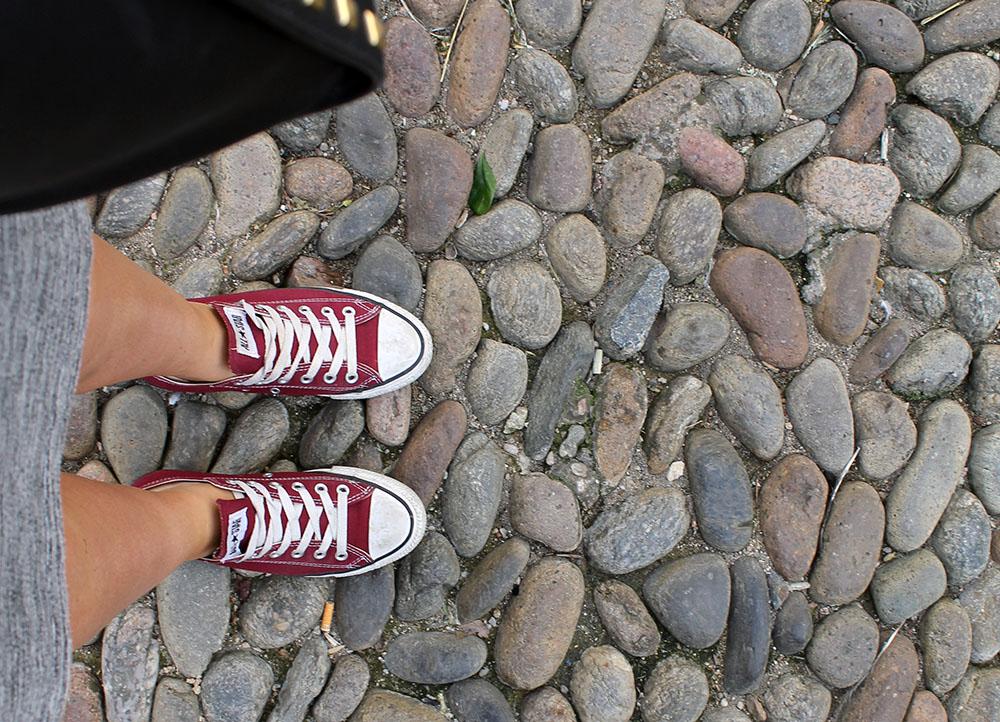 GODE SKO: Dropp høye hæler på Costa Brava. Brostein is a bit** ... Foto: Tenk Koffert