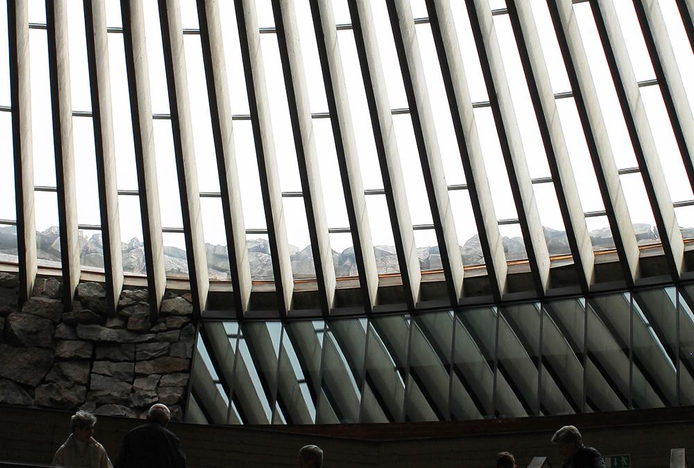 SPENNENDE ARKITEKTUR: Tempelplassens kirke er hugget ut i et berg, og når du går inn i den er det som å entre en grotte. Disse vinduene befinner seg bak alteret. Foto: Hedda Bjerén