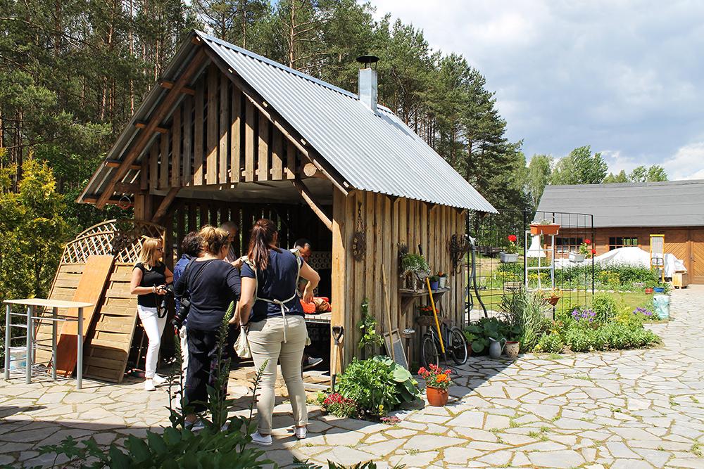 HJEMME HOS KAROLA: Karola jobber hjemmefra på en koselig gård. I hagen er dette lille huset bygget, der står den gamle ovnen – der stekes brødene. Foto: Hedda Bjerén