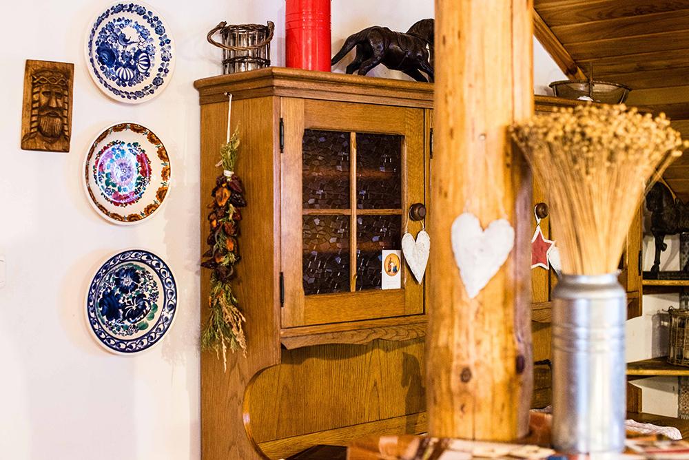 HJEMME HOS KAROLA: Kurset holdes hjemme på gården til Karola. Tilberedningen gjøres inne på kjøkkenet, stekingen foregår ute i stekehuset. Foto: Łukasz StafiejPolska Statens Turistbyrå