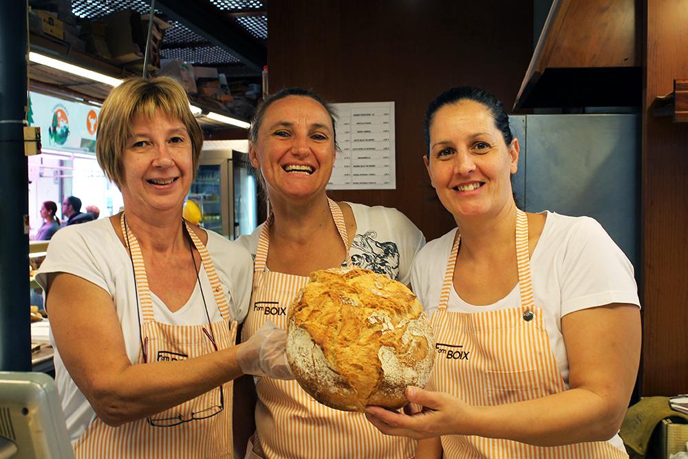 BRØDBAKERNE: Disse tre søte damene selger ferske bakevarer på matmarkedet i Girona. Foto: Hedda Bjerén