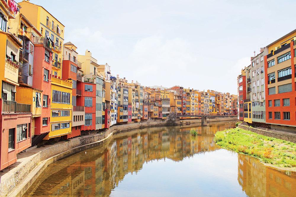 INSTAVENNLIG: Denne utsikten er nok Gironas mest kjente, og etter min mening svært sjarmerende. Elven heter Onyar. Foto: Hedda Bjerén